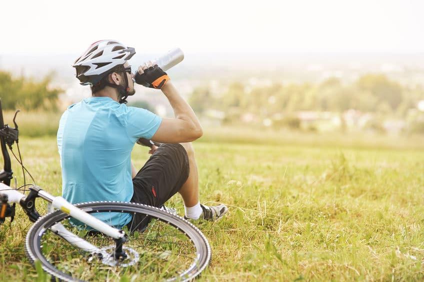 Radfahrer trinkt im Sommer