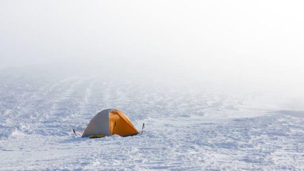 Zelten im Winter bei eis und schnee