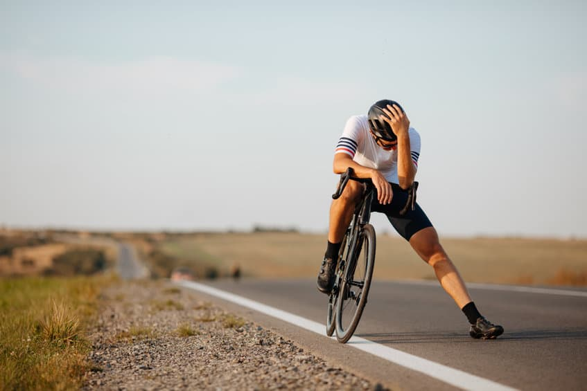 Erschöpfter Radfahrer ist krank auf reisen